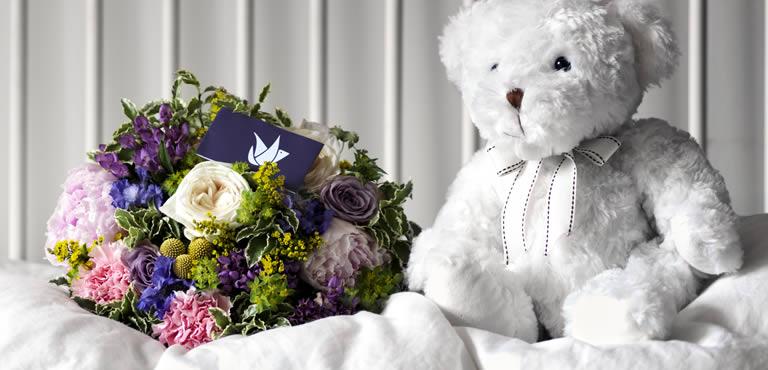 Teddybär mit Blumenstrauß