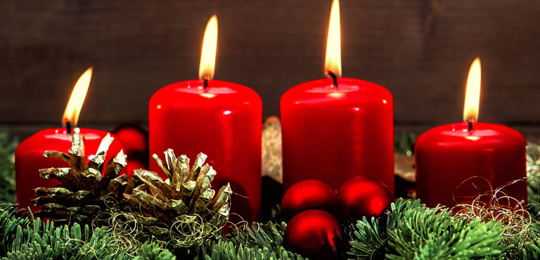 Christmas candle arrangement in red