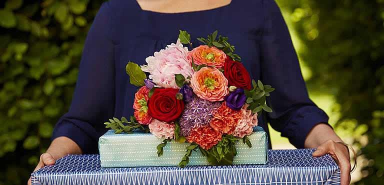 Rote Rosen mit Pralinen und Sekt