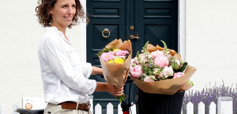 Floristin bindet Blumenstrauß