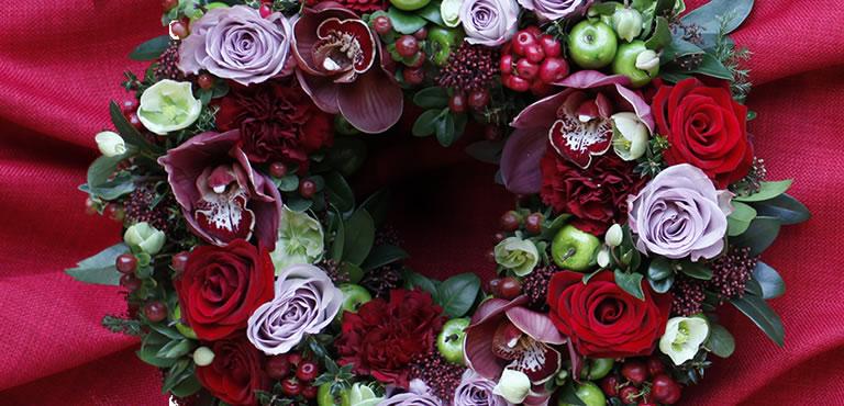 Weihnachtliches Kerzengesteck in Rot